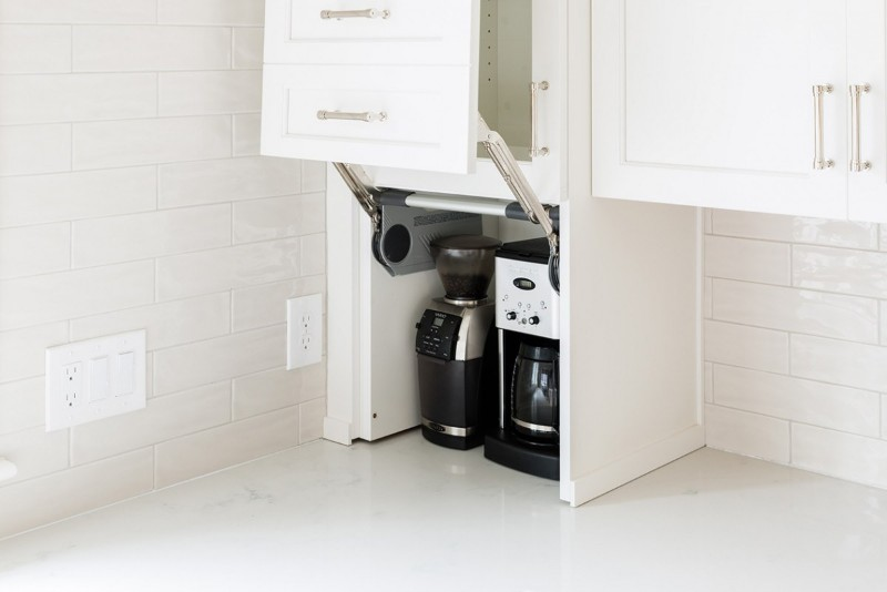 <strong>Keep appliances tucked out of sight with an appliance garage.</strong><br> Photo credit: Jessica Delaney Interior Design: Dina Holland Interiors