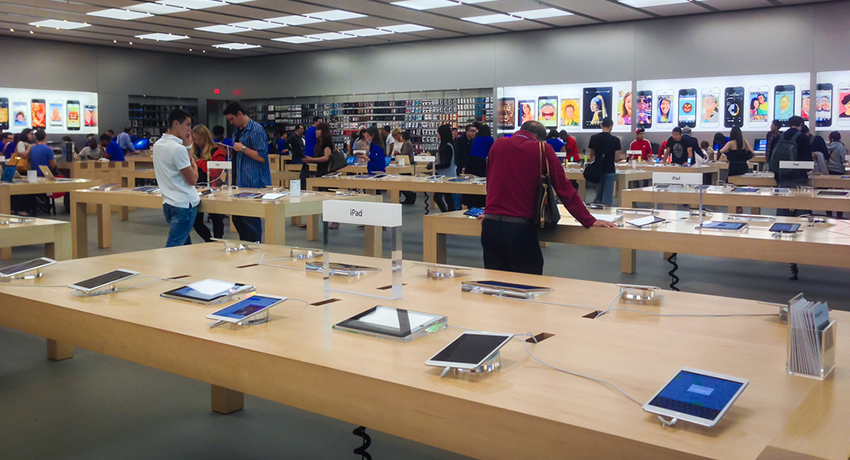Apple store image via Canadapanda / Shutterstock.com