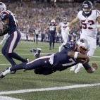 El quarterback Jacoby Brissett (7) de los Patriots de Nueva Inglaterra anota un touchdown ante los Texans de Houston el jueves 22 de septiembre de 2016. (AP Foto/Charles Krupa)