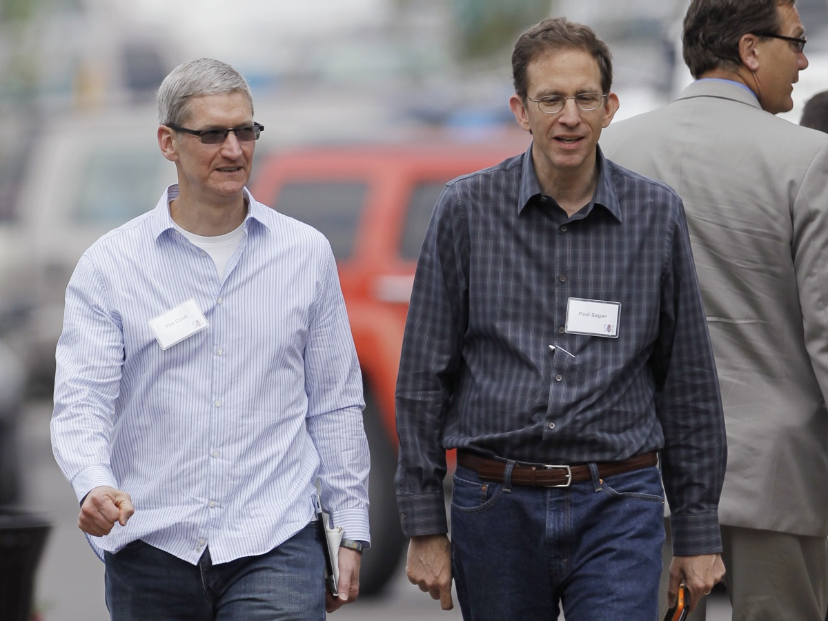 Sagan, right, and Apple CEO Tim Cook. Photo via AP
