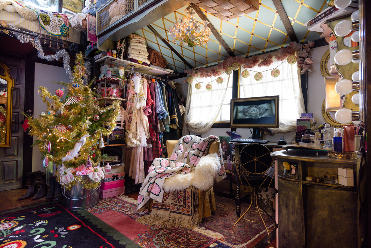 Stupendous Peek Inside This Tiny House Decorated For Christmas Largest Home Design Picture Inspirations Pitcheantrous